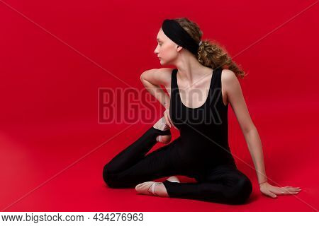 Beautiful Girl In Sports Outfit Posing In Studio. Attractive Girl In Black Sportswear And Headband P