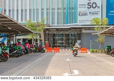 Kanchanaburi, Thailand-august 22,2021 : Group Of Food Delivery Service Riders Park Motorbike To Rela