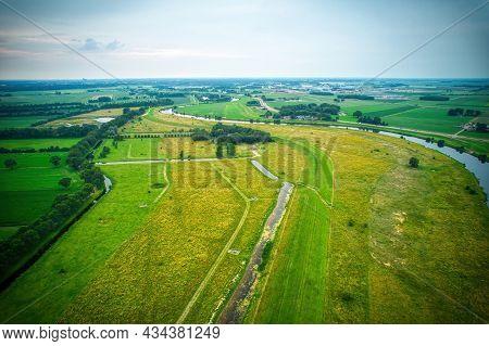 Drone Zicht Op De Vecht, Groen Gras, Blauw Water, Stad Met Bomen Rijen Langs Het Water. Vechtdal, Da