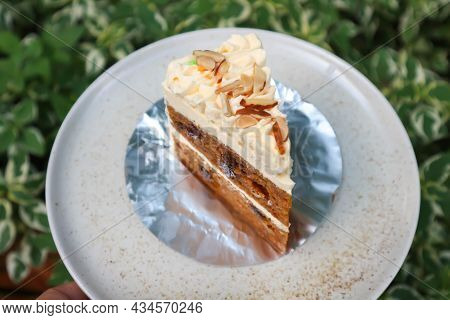 Carrot Cake With Almond Topping , Almond Cake For Serve
