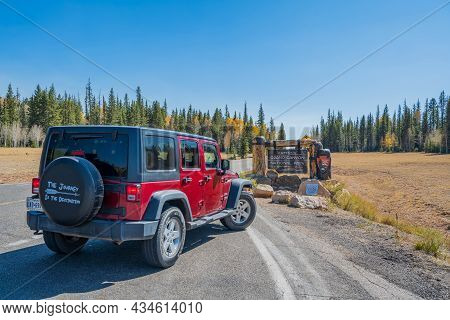 Glen Canyon Nr, Az, Usa - Oct 2, 2020: A Jeep Wrangler Unlimited Sports Parked Along The Preserve Pa