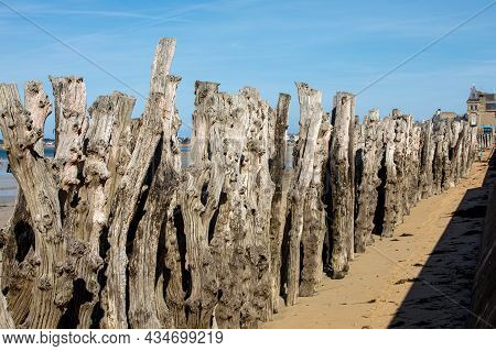 Big Breakwater, 3000 Trunks To Defend The City From The Tides  In Saint-malo, Ille-et-vilaine, Britt
