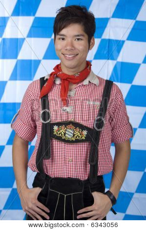 Junge mit bayerischen Oktoberfest Lederhosen (Lederhose)