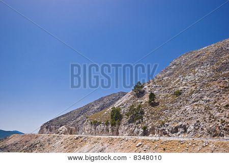 Arid Berg und ein blauer Himmel