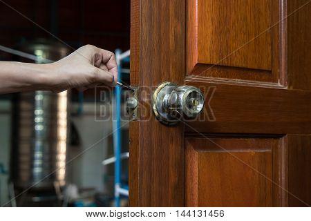 locksmith for repair lockpicker on wood door