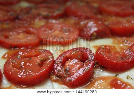 O tomate (Gl-tomate.ogg pronunciación (axuda · info)) ( do náhuatl tomatl ) é a froita da tomateira (Solanum lycopersicum; Solanaceae), aínda que impropiamente tratado como legume, amplamente cultivada e consumida polos pobos da América do Sur e central p