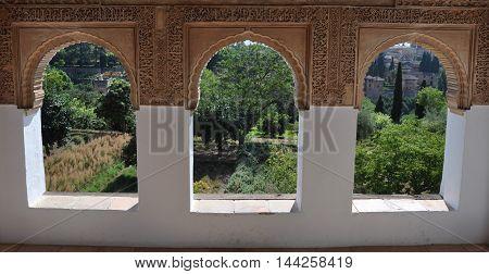 Ventanas con vistas hacia los exteriores de la Alhambra en Granada, Andalusia, España.