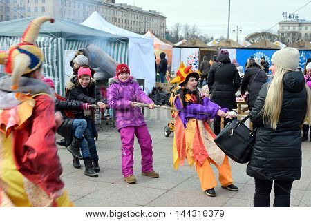 Children With The Actress-comedian Pull The Rope On The Holiday