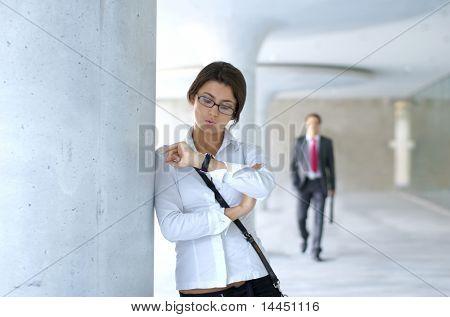 Sie wartet und er ist die Verspätung