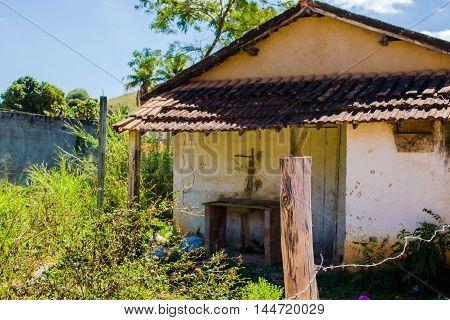 pequena casa branca no meio do campo