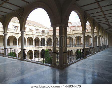 Patio de la facultad de derecho de la universidad de Murcia