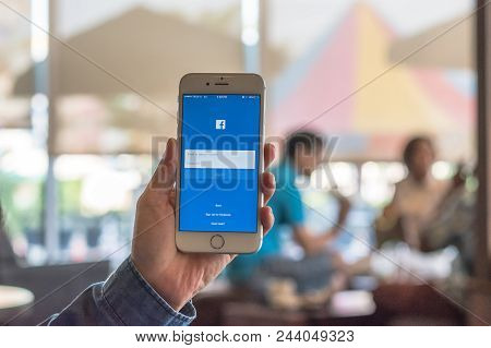 Bangkok, Thailand-september 11, 2018: Facebook Social Media App Icon Signup Page On Iphone7 Mobile S