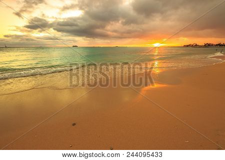 Twilight At Waikiki Beach In Oahu. Waikiki Beach Is A Beautiful Place To Enjoy The Sunset Over The O