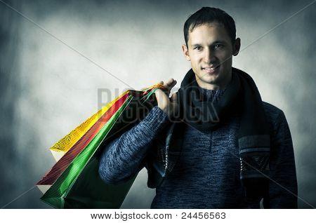 Retrato de hombre joven con bolsas
