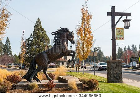Sisters, Oregon, Usa - October 22, 2018: A Bronze Sculpture Of A Ramping Horse On One Of The Main St