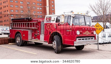 Homestead, Pennsylvania, Usa 1/12/20 An Old Fire Truck Parked In A Parking Lot