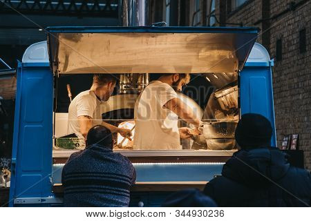 London, Uk - December 29, 2019: People Buying Food From A Sud Italia Pizza Stall Inside Spitalfields