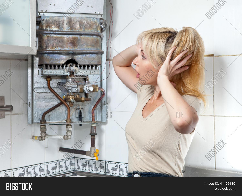 Слесарь и домохозяйка, Русская зрелая домохозяйка в жарком видео соблазнила 22 фотография
