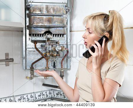 A dona de casa está chateada, aquecedor de água a gás tem quebrado