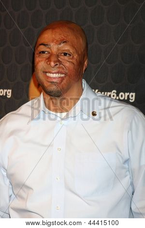 LOS ANGELES - MAY 10:  JR Martinez arrives  at the Launch of