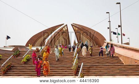 Touristen besuchen das Pakistan-Denkmal In Islamabad