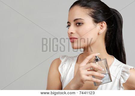 Spaanse vrouw spuiten parfum