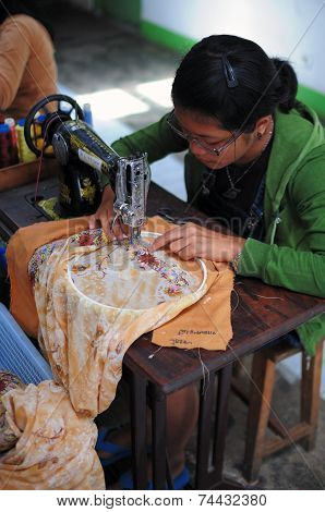 Tailor sewing kain sulam
