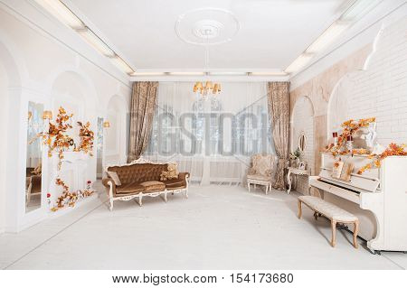 Great White Hall In Majestic Classical Style With Columns, Arche