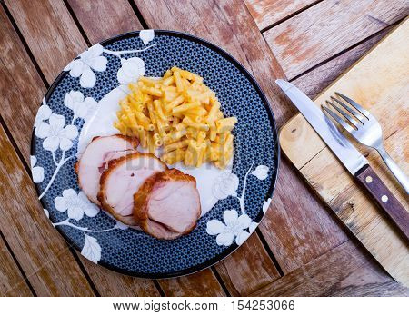 Smoked chicken breast sliced with cheese macaroni