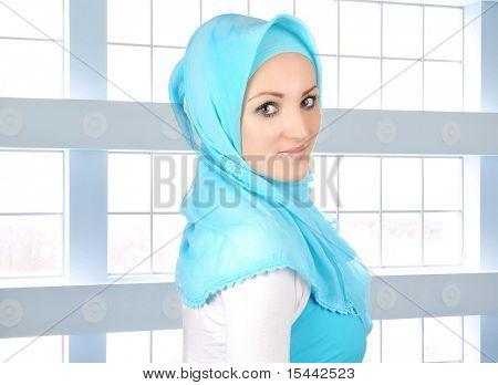 Красивые мусульманской моды девушка, Исламская молодой бизнес женщина Крытый, стеклянные здания