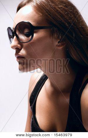 Porträt der jungen Frau mit Sonnenbrille