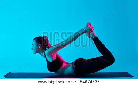 woman yoga exercices dhanurasana bow pose