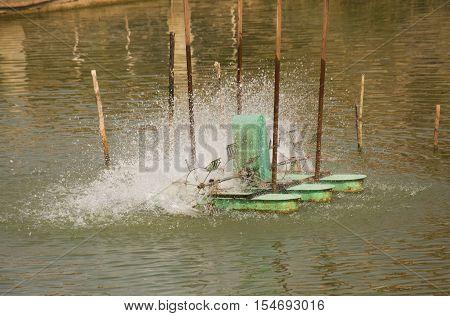 Aerator turbine wheel fill oxygen into water in lake