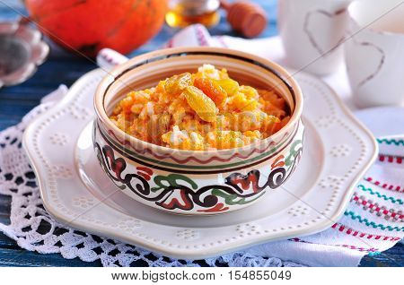 Rice porridge with organic pumpkin, raisins, cinnamon and honey.