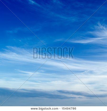O céu azul e belas nuvens brancas.