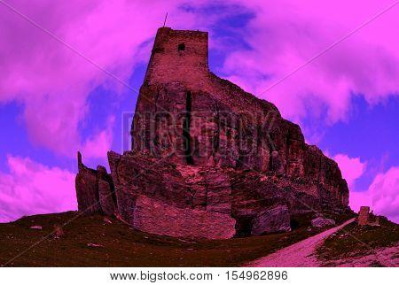 Castillo mágico al anochecer de color magenta-azul
