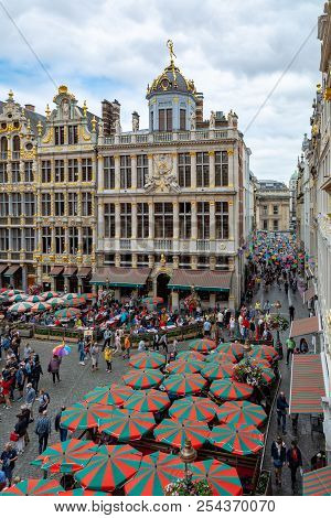 Brussels, Belgium - August 19, 2018 : People Near Le Roy D Espagne, House Of The Corporation Of Bake