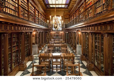 livros antigos da biblioteca dentro