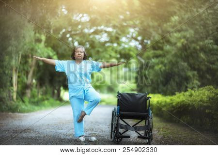 Older Patients Have Leg Problems Playing Exercise By Lifting Both Arms To Be Healthy And Strong.; Gr