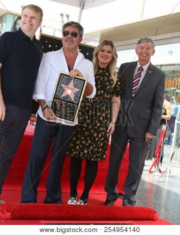 LOS ANGELES - AUG 22:  Rob Stringer, Simon Cowell, Kelly Carkson, Leron Gubler at the Simon Cowell Star Ceremony on the Hollywood Walk of Fame on August 22, 2018 in Los Angeles, CA