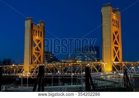 Sacramento, California, U.s.a. 21 December 2016. Sacramento Tower Bridge In The Twilight With The Zi