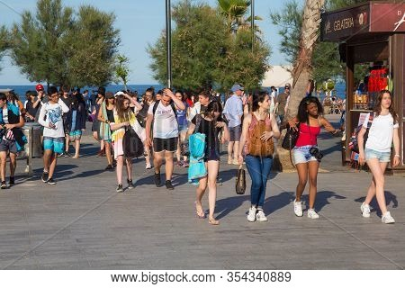 Barcelona, Spain - May 16, 2017: Unknown People Walking To The Beach Near The Plaza Del Mar In Port