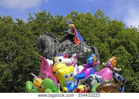 Bristol, Uk- July 9, 2017: A Balloon Seller Walks Past An 18th-century Statue Of William Iii In Quee