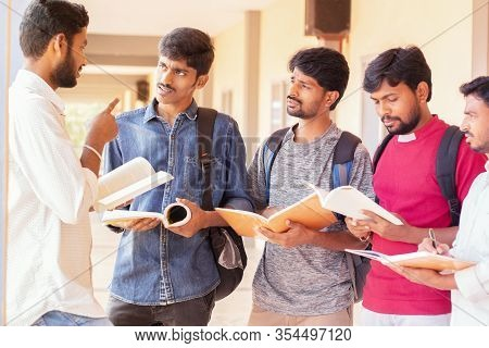 Group Of Students Listening To Senior Student To Clear Doubts - Young Intelligent Man Explaining To