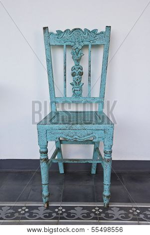 blaue Holzstuhl