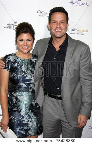 LOS ANGELES - NOV 4:  Tiffani Thiessen, Josh Hopkins at the Hallmark Channel's