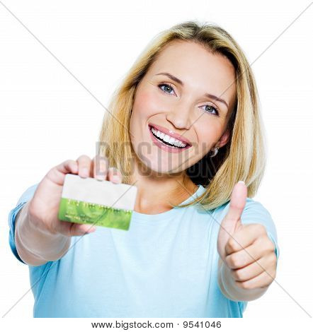 happy Woman mit Kreditkarte