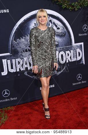 LOS ANGELES - JUN 09:  Anna Faris arrives to the