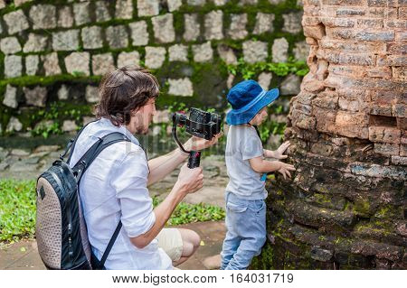 Man Videographer And His Son Shoots Video In The Electronic Stabilizer, Steadycam To Shoot At Po Nag