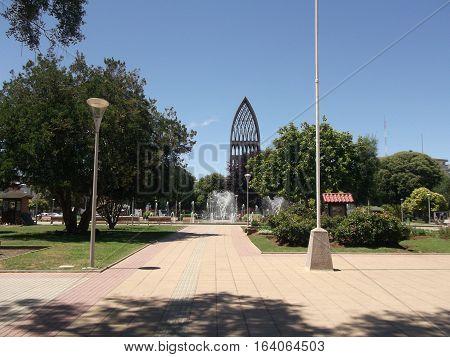 bonita plaza con una fuente de agua y arboles para pasear en Osorno clima perfecto